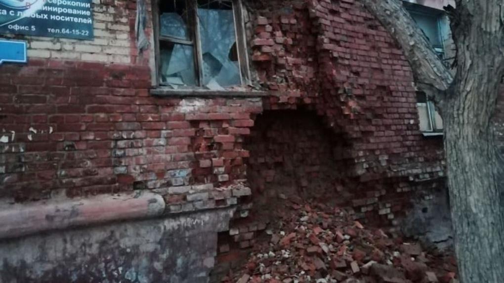 Обрушившийся в Омске дом чиновники признали опасным для жизни и ввели режим ЧС