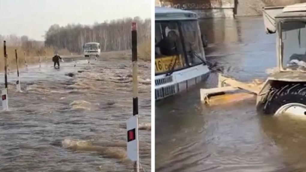 «Выезд только на тракторе»: талые воды отрезали путь к посёлку в Новосибирской области