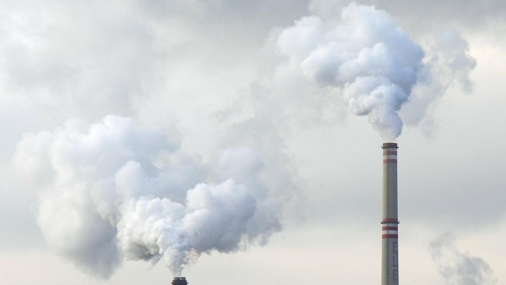 Закрытый за выбросы омский завод снова начал травить жителей