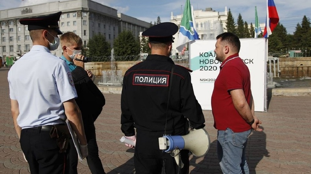 Полицейские срезали предвыборный куб оппозиционной коалиции «Новосибирск 2000»
