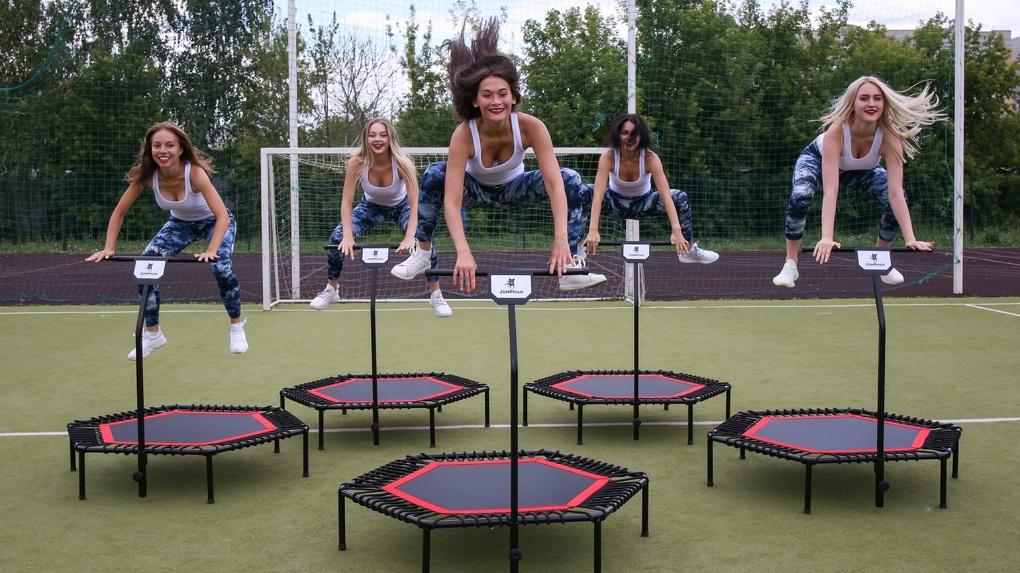 Минус 2 кг за тренировку. Омские студентки снялись в зажигательном ролике о похудении на батутах