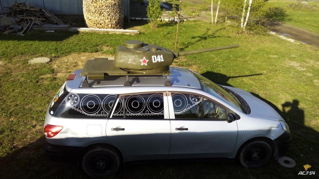 Почему вы такие злые? Новосибирцы раскритиковали умельца, который украсил машину праздничным тюнингом