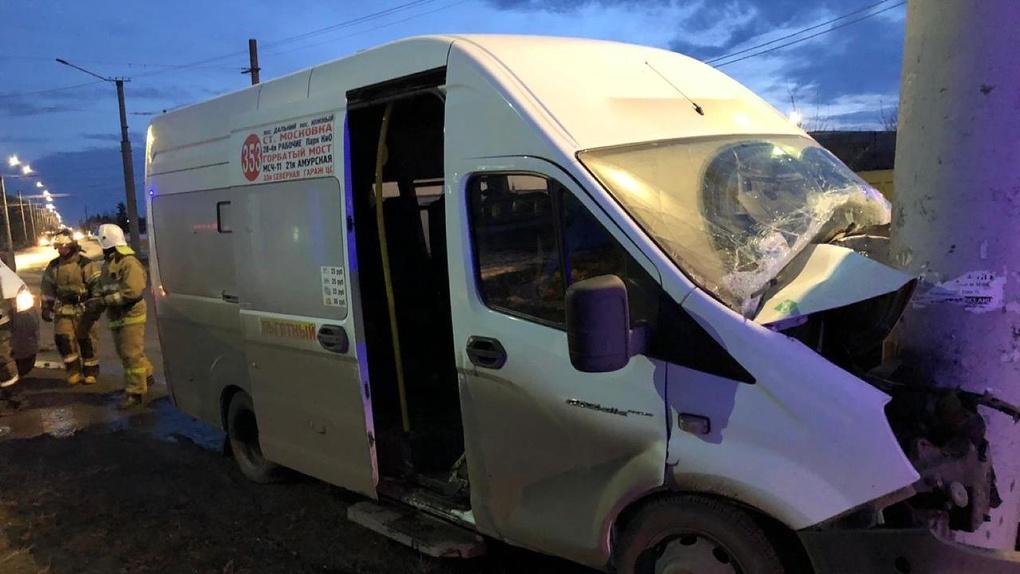 В Омске пассажирская маршрутка врезалась в бетонный столб. Несколько человек в больнице