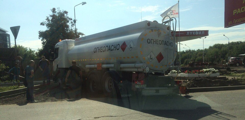 В Омске из-за снятого асфальта на дороге застрял бензовоз