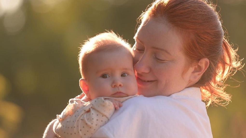 Родители девочки с редким заболеванием не дождались помощи от новосибирского Минздрава