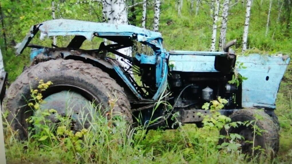 На бездорожье под Омском перевернулся трактор и раздавил двух молодых парней