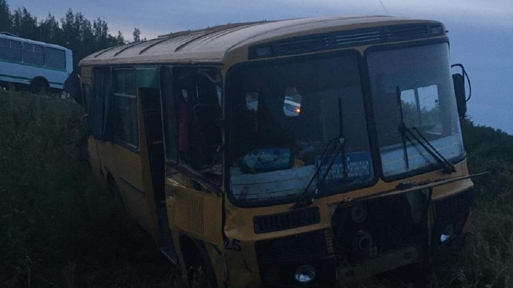 Три человека в больнице. В Омске автобус с пассажирами столкнулся с грузовиком
