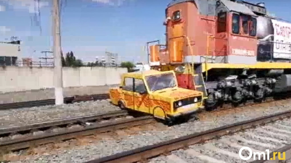 Краш-тест: поезд разбивает автомобиль в Омске (видео)