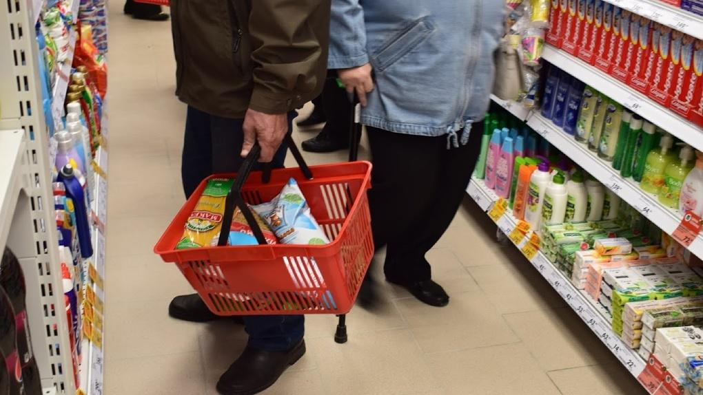 Кассиры супермаркетов пожаловались на «озверевших» на самоизоляции омичей
