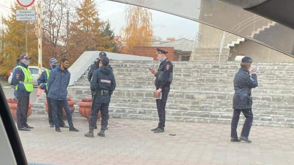 «Переворот готовил». Около омской администрации задержали мужчину с пистолетом