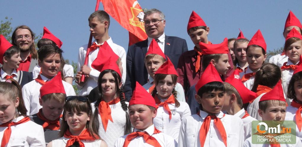 Обратно в СССР: Омских школьников посвятили в пионеры