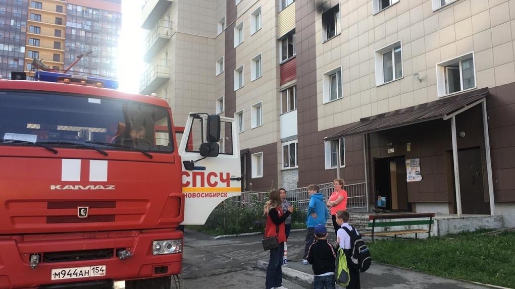 «Жители выпрыгивали из окон»: в новосибирских Родниках загорелась многоэтажка