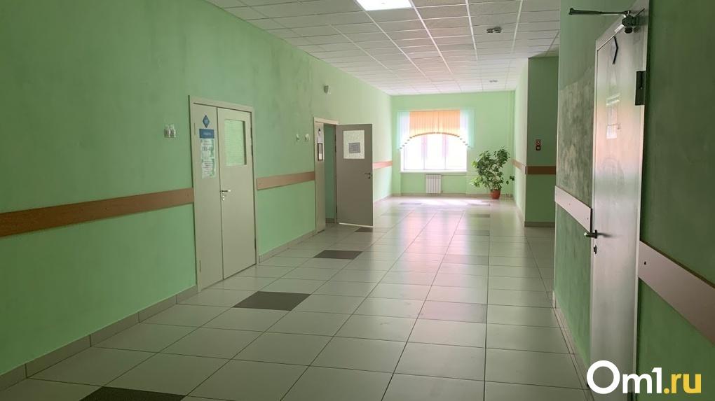 Омские школьники занимаются физкультурой в спортзале без крыши
