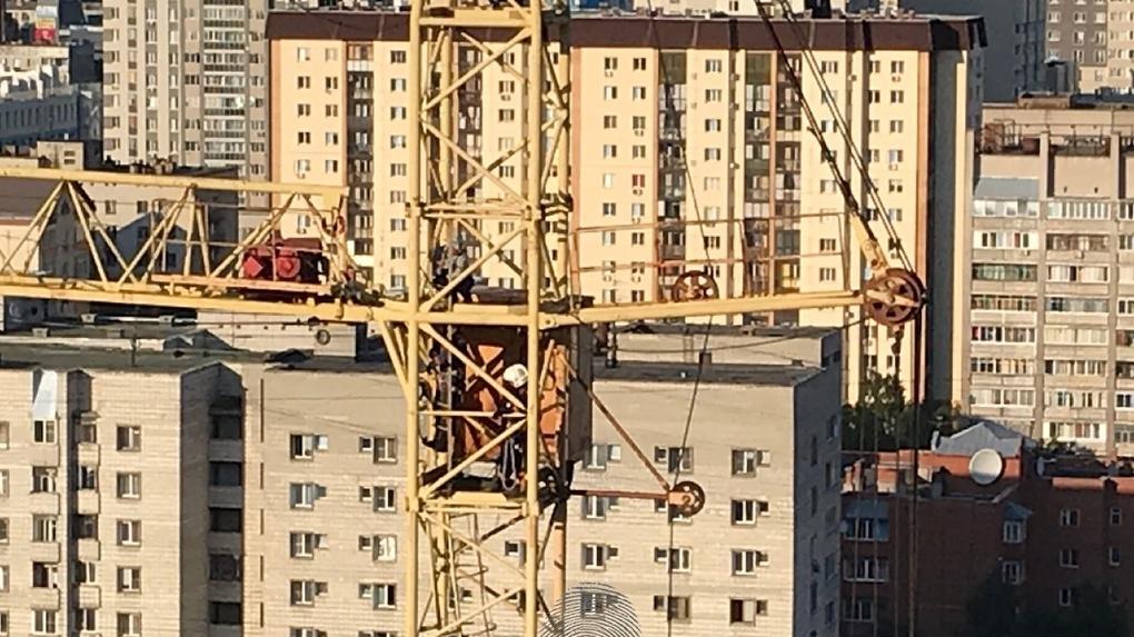 Мужчина требовал зарплату с башенного крана в Новосибирске