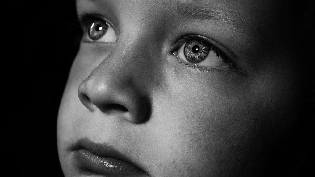 «Плачет и просит оставить с мамой». Ребёнок, которого пытали родители, умоляет не лишать его семьи