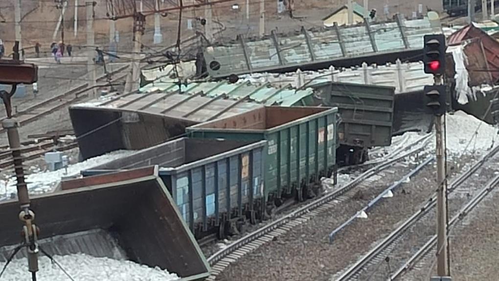В Сети появились шокирующие снимки крушения грузового поезда на участке между Новосибирском и Омском