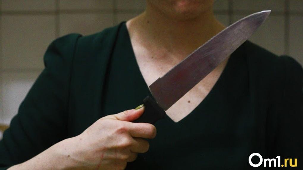 Молодая рецидивистка напала с осколком бутылки на 40-летнего омича в павильоне