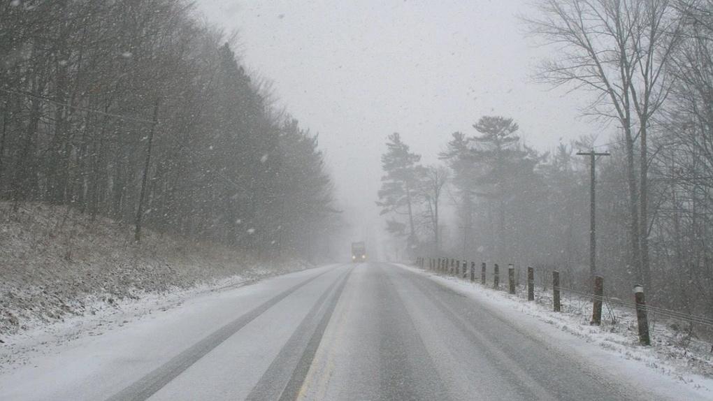 «Подключайте шестое чувство». Омских водителей предупредили об опасном снегопаде