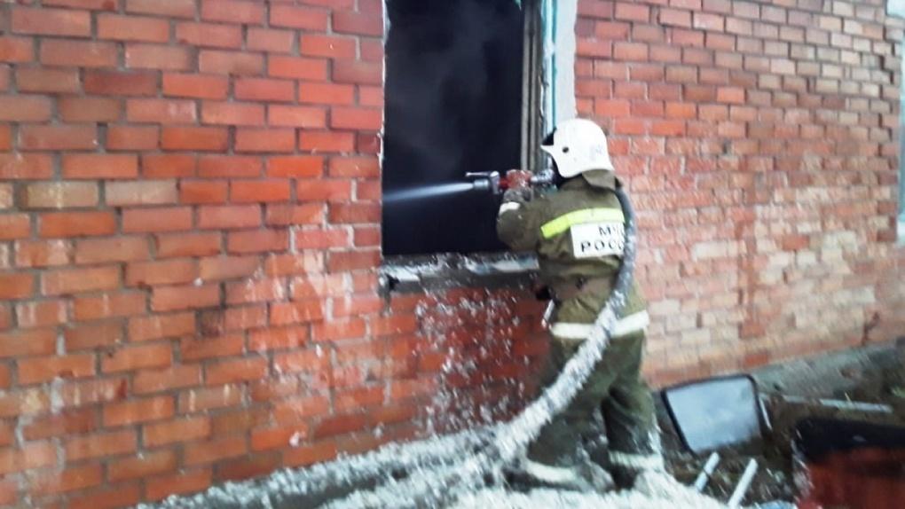 В Омской области из горящего дома эвакуировались пять человек
