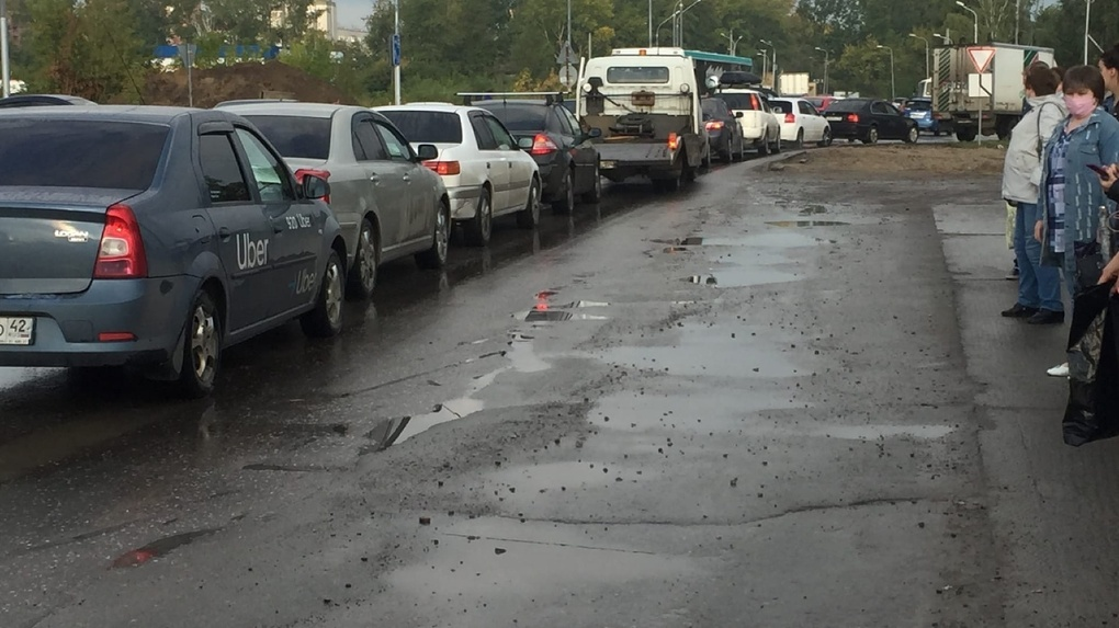 Автомобилисты застряли в километровых пробках в Новосибирске