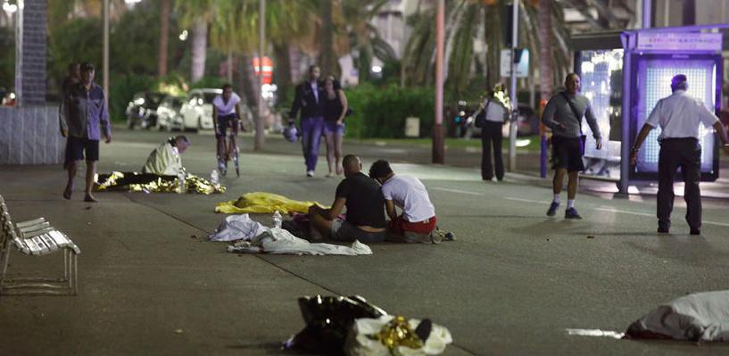 В Ницце грузовик террористов въехал в толпу, 80 человек погибли