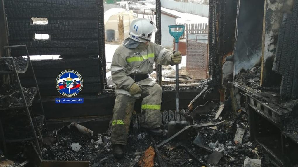 Спасатели показали жуткие снимки сгоревшего дома в Новосибирске