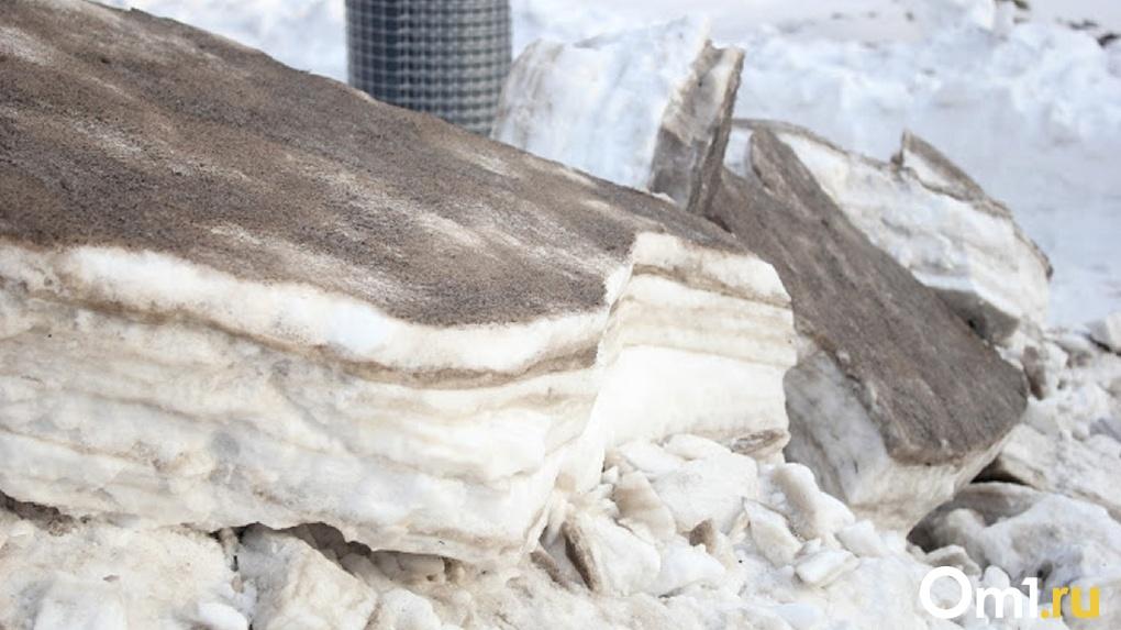 На омичку и её 8-летнюю дочь упал лёд со здания «Герцен-плаза»