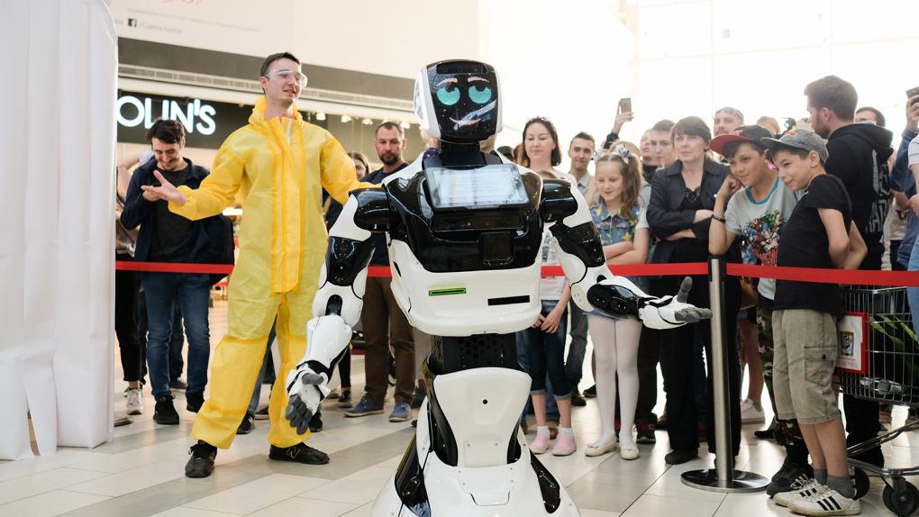 Высокие технологии в Омске: в ТЦ «Мега» прилетел таинственный робот
