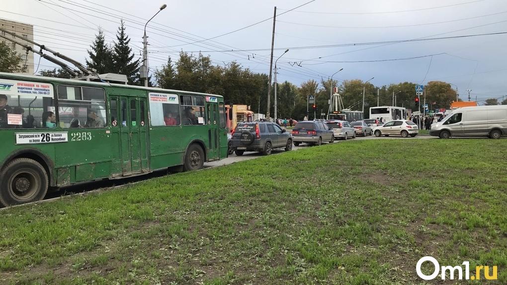 Оказались в заточении: водители застряли в восьмибалльных пробках на выездах из Новосибирска