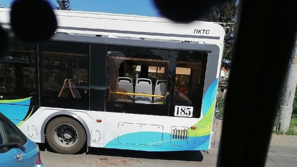 Оборвавшиеся провода разбили окно нового троллейбуса в Омске