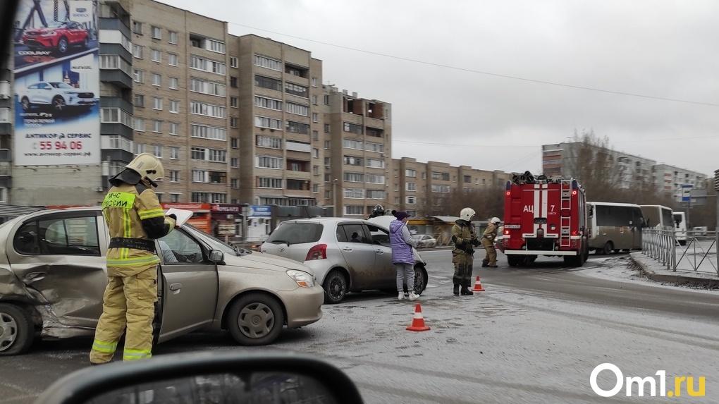 Вытаскивали спасатели. В Омске утром призошло ещё одно ДТП с пострадавшими