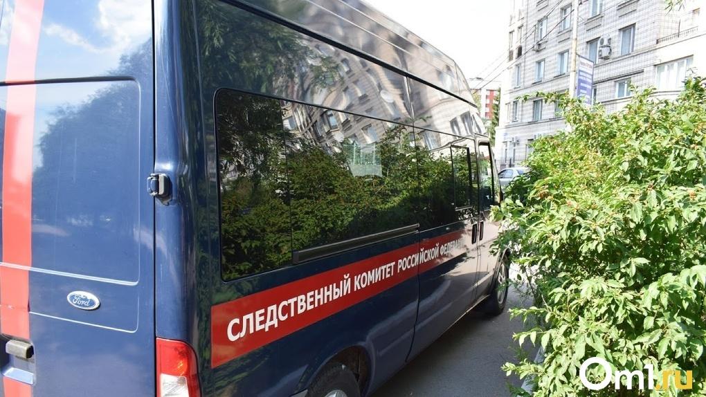 В Омске прохожие нашли под окнами многоэтажки молодого мужчину