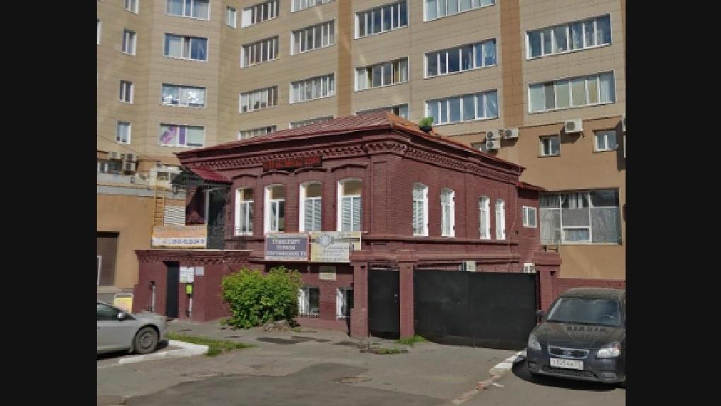В Омске суд заставил предпринимательницу снять рекламу со старинного особняка