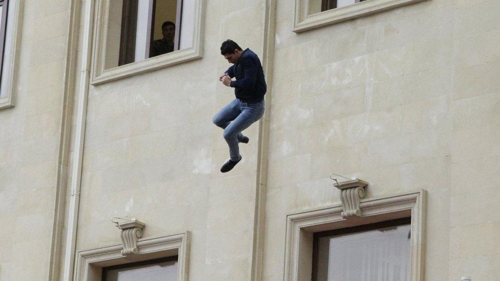 В Омске упал с седьмого этажа вор-рецидивист, которого родственники заперли в квартире