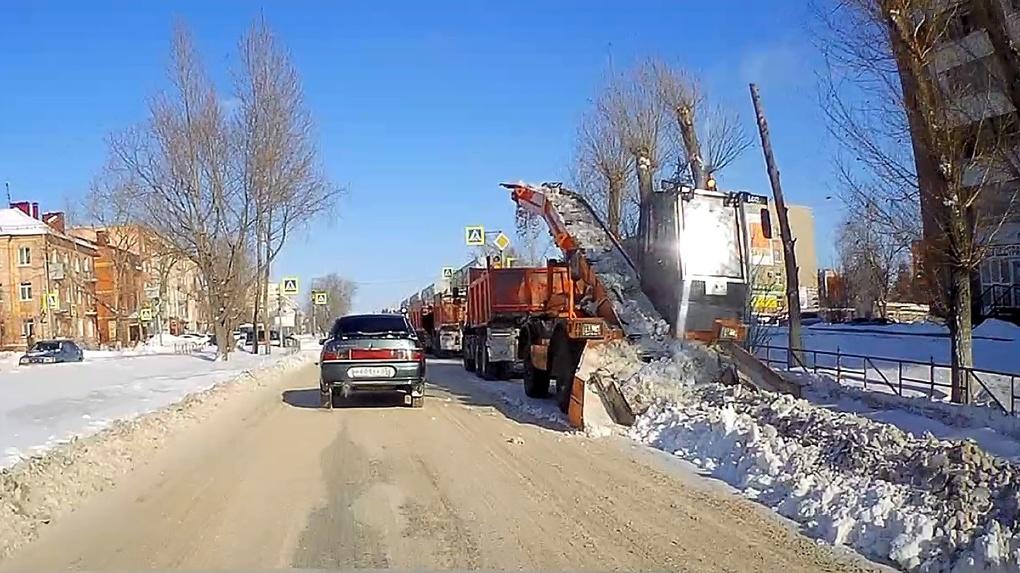 В мэрии Омска пообещали заняться уборкой снега и наледи с дорог, как только потеплеет