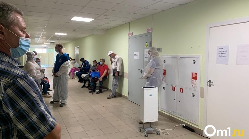 В Омске в ГП №11 прививки от гриппа ставили в одном кабинете с больными ОРВИ. Минздрав объяснил ситуацию