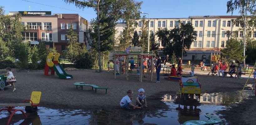 «ОмскВодоканал» будет следить за фонтаном «Изобилие», затопившим сквер у ОмГУПСа