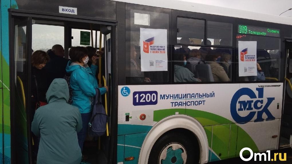 В Омске начали массово благоустраивать остановки общественного транспорта
