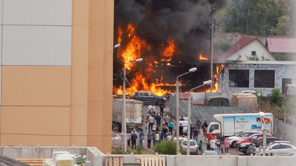 В Омске открытым огнем полыхает гостиница: на месте работают десятки пожарных