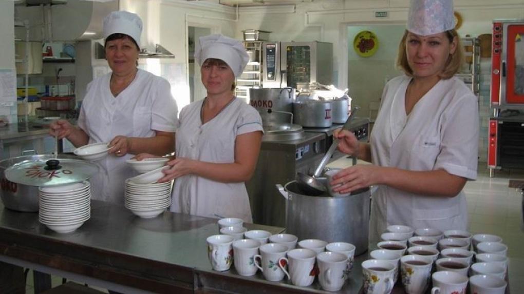 В пришкольных лагерях на севере Омской области детей кормили из битой посуды