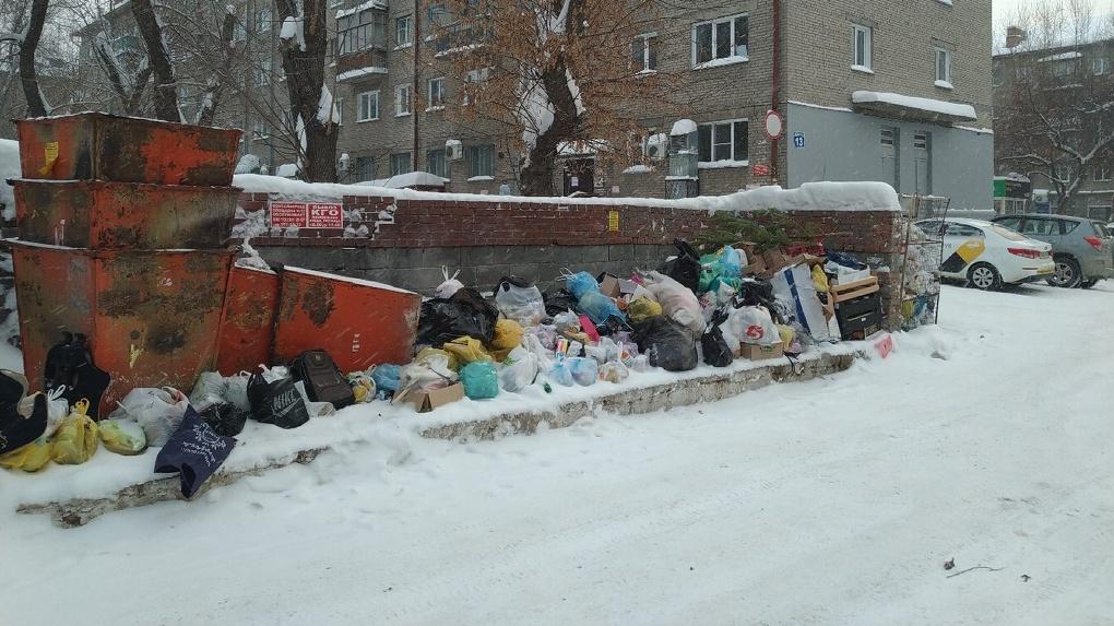 Новосибирцы жалуются на груды мусора во дворах