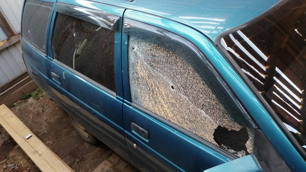 В Омской области неизвестные расстреляли четыре машины