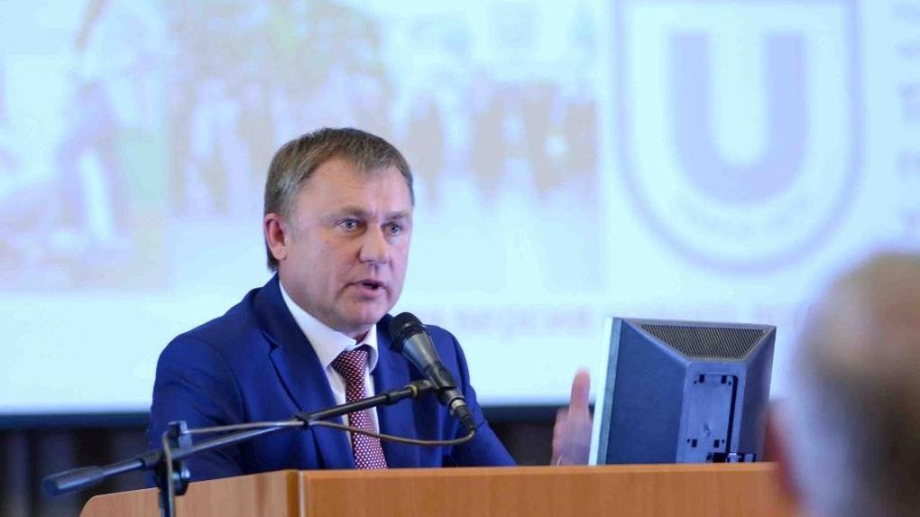 Ректор СибАДИ в месяц получает по 200 тысяч рублей