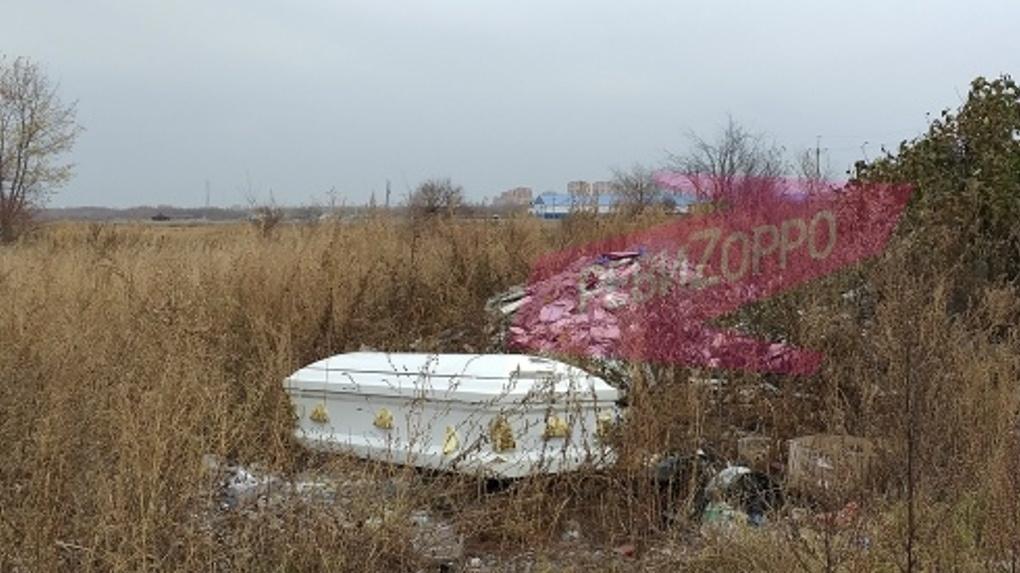 В Омске в преддверии Хэллоуина прохожие нашли белый гроб