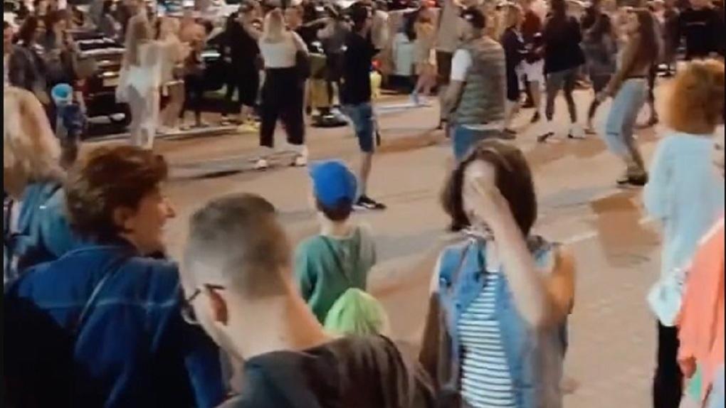 Новосибирские полицейские назвали фейком видео о массовых гуляниях в центре города в разгар пандемии