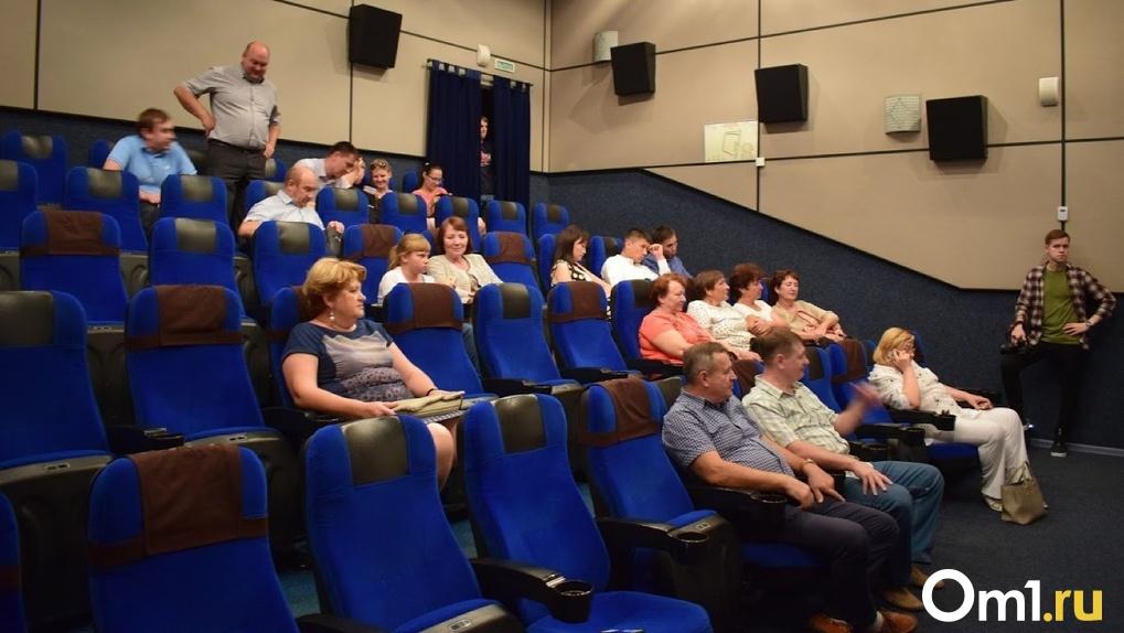 В Омске могут закрыть кинотеатр за то, что там обслуживали посетителей без масок