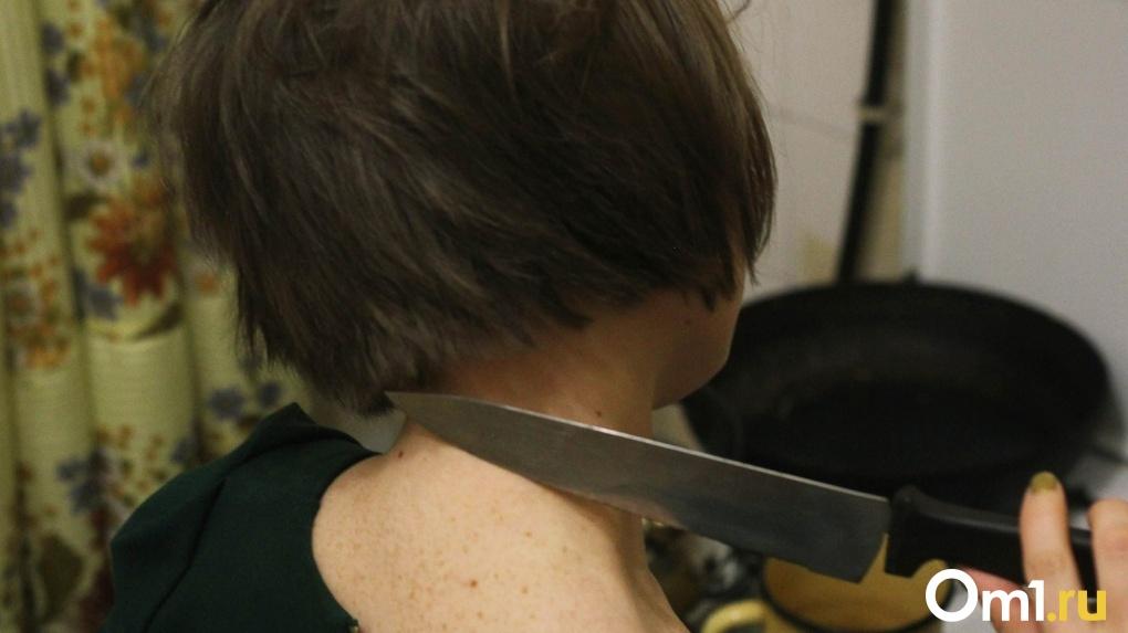 Омичка случайно воткнула нож в живот мужу, когда чистила картошку