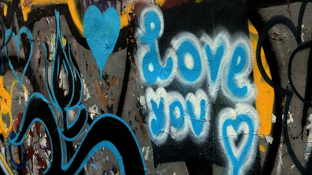 «Я тебя очень»: за вандализм на Михайловской набережной девушки ответят по закону