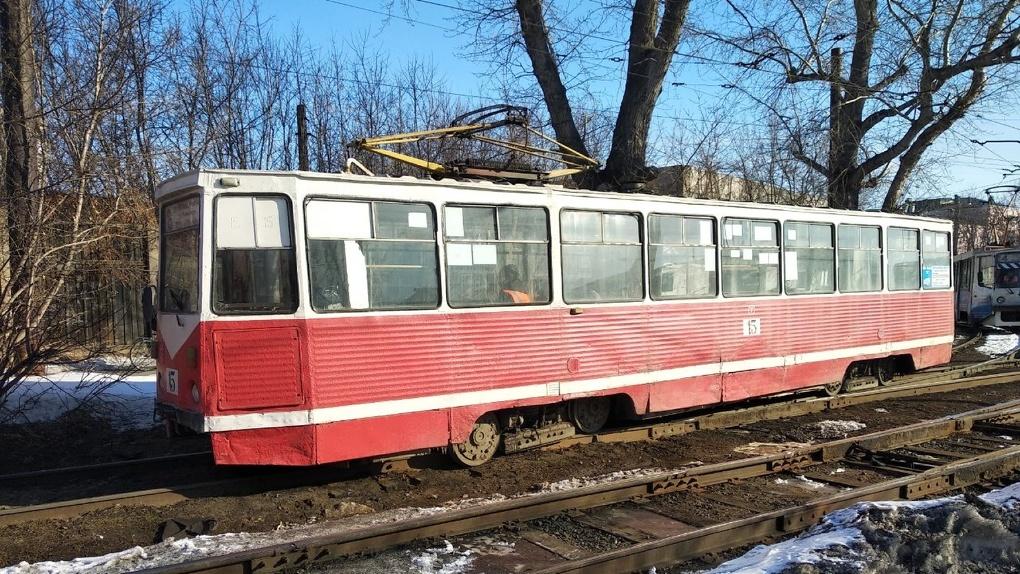 Движение трамваев в Омске заблокировал сошедший с рельсов вагон