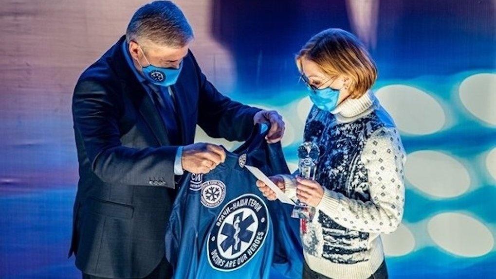 Хоккейная команда «Сибирь» выбрала лучшего врача октября и подарила 50 000 рублей